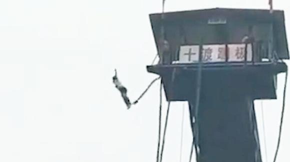 北京房山十渡蹦极一游客坠入水中 工作人员:不是掉的!